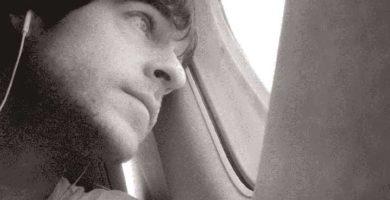 en el avión mirada triste pensativo
