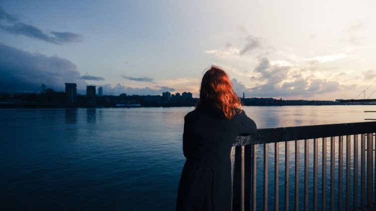 mujer mirando infinito