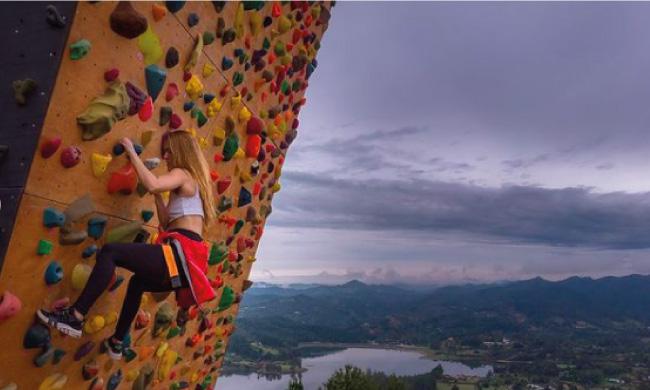 Muro de escalar de la montaña sagrada en el bootcamp de emprendimiento con Daniel Tirado.